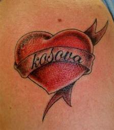 Tatouage Coeur.  Coeur sur épaule avec prénom