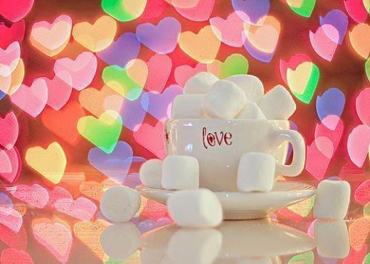 tasse a café entourer de jolis coeurs et chamallow